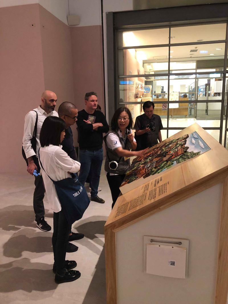 導覽員正在解說少見的視障者友善的展場呈現