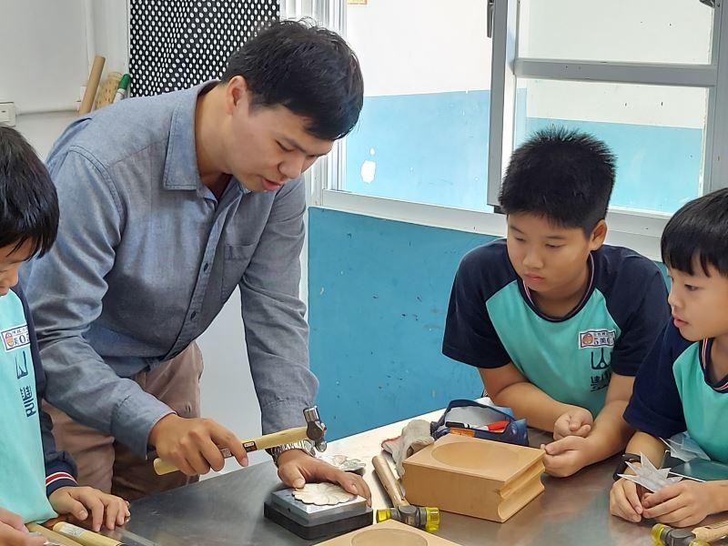 10-李瑋老師說明如何用鐵鎚製造錫盤紋路。