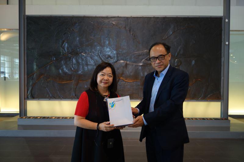 林志明館長親自致贈禮品予畫廊協會鍾經新理事長