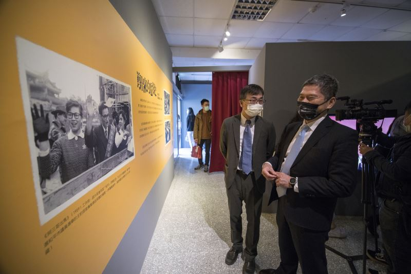 文化部長李永得(右)與國家人權博物館館長陳俊宏一同參觀「剪出來的電影史:戰後電影審查特展」