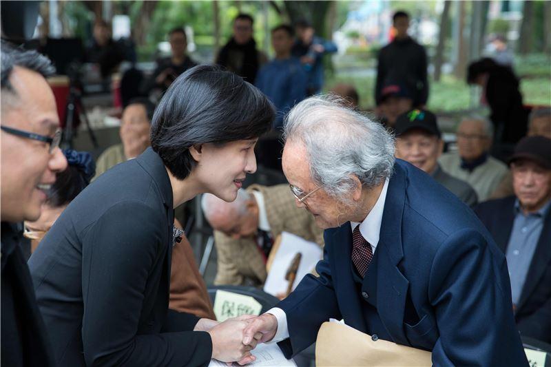 鄭部長向政治受難者蔡寬裕先生致敬