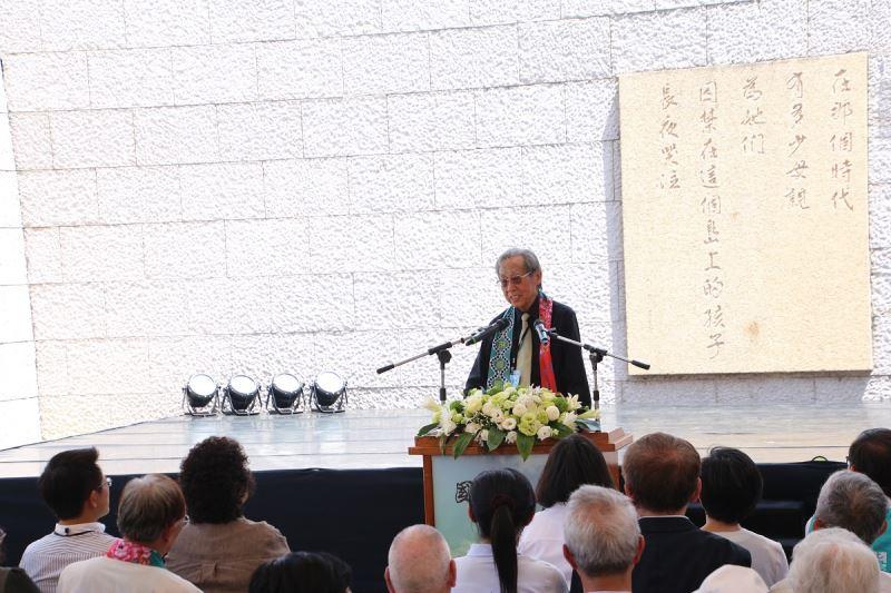 政治受難者蔡焜霖先生上台致詞,向所有當年在島上受苦的難友表達無盡追念