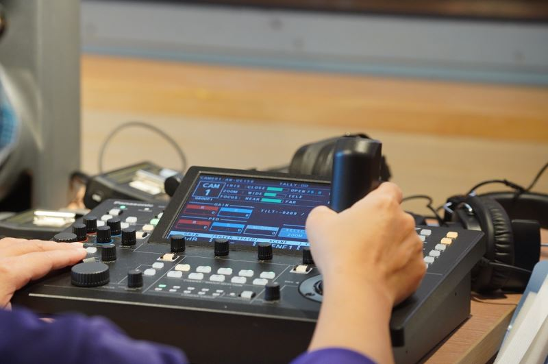 「NTSO數位音樂廳」五部鏡頭可上下左右移動之變焦攝影機,可透過兩台遠端控制器操作