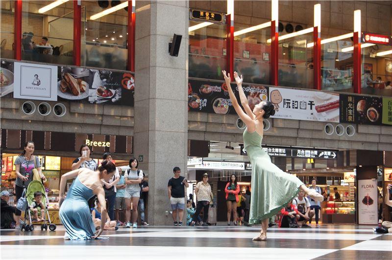 台北首督芭蕾舞團快閃演出,吸引民眾駐足欣賞