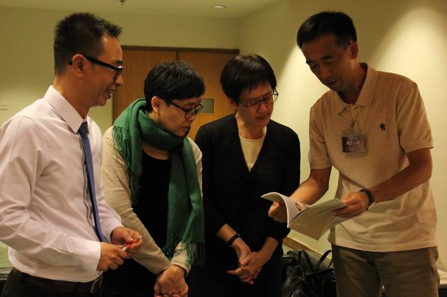拜會康樂文化事務署代表(左一、二、三),並由國立傳統藝術中心王蘭生副主任(右)代表介紹即將落成的臺灣戲曲中心
