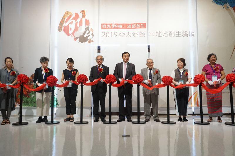 工藝中心許耿修主任(右四)與貴賓共同進行開幕剪綵儀式