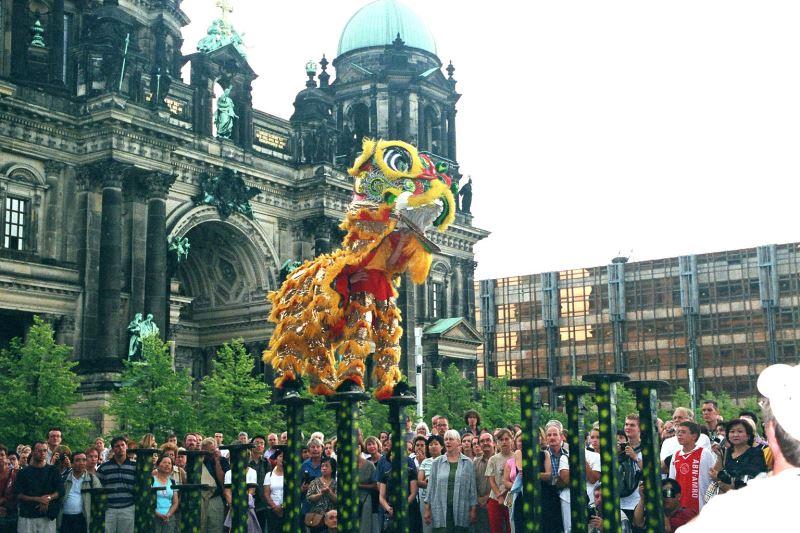 鴻勝醒獅團在德國柏林舊博物館演出,舞獅跳樁引起外國觀眾熱烈迴響。