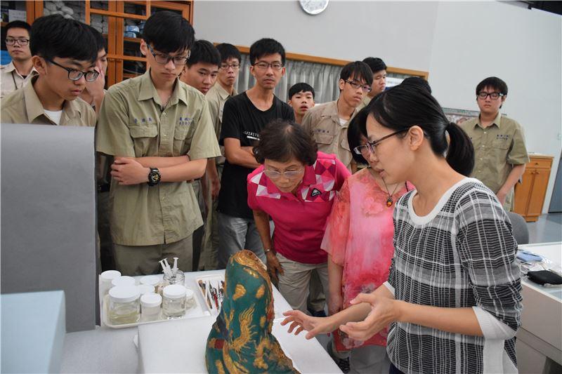 臺南一中專案:參觀修復室認識典藏維護工作以進一步規劃實行該校文物館典藏工作。