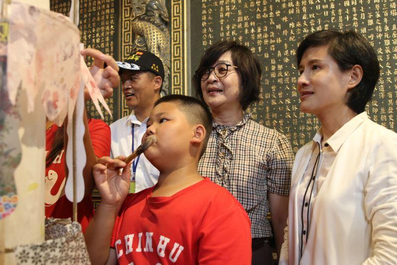 文化部長鄭麗君於金湖萬善爺廟與小朋友一同體驗製作牽水車藏(狀)