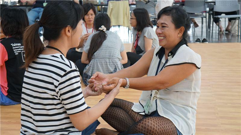 新住民演員透過參與戲劇工作坊,練習生命故事的分享交流