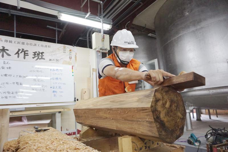 文化部文化資產局文資傳匠工坊-「2020年木作班第二期」大木司阜示範大木作構件整平