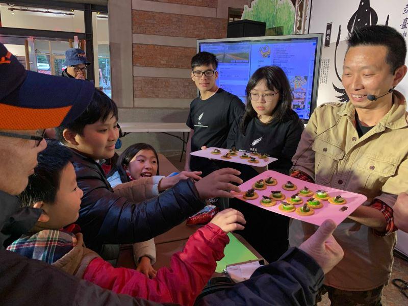 5昆蟲假面與黃仕傑示範蝗蟲小點心大受好評