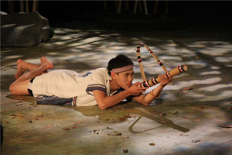 彩虹橋:瓦歷斯和好友巴度從小就被堅持傳統的爸爸訓練要學會打獵,希望他未來能成為真正的人。