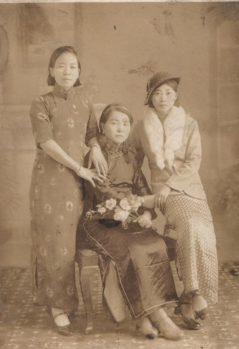 女性登台的風潮最早在20世紀初吹向臺灣,圖為當時客家戲、京劇兼演的客家戲班「小美園」女伶時裝合影。