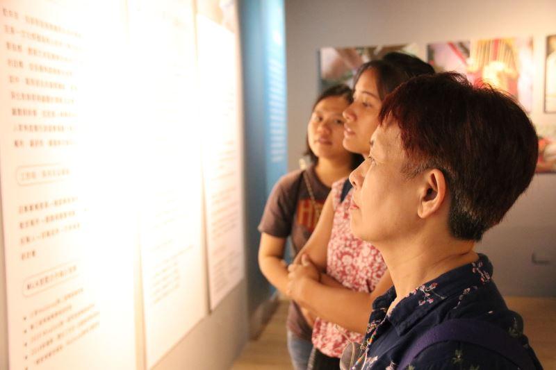 部落族人在展場中凝視著展版上的自己-「練習,一起走一段」MLA計畫成果特展
