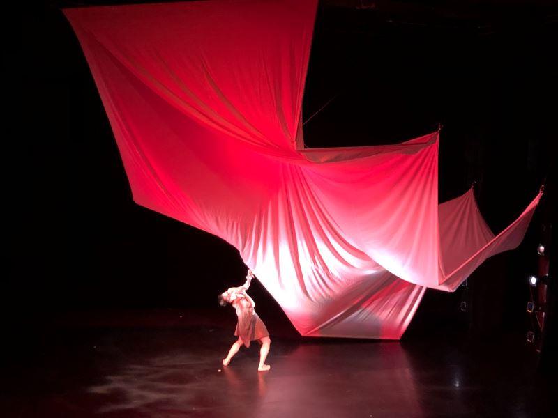 王世信為55歲舞蹈家王義芳獨舞作品《555》所設計的舞台,僅以一塊白布便完成整個視覺設計。