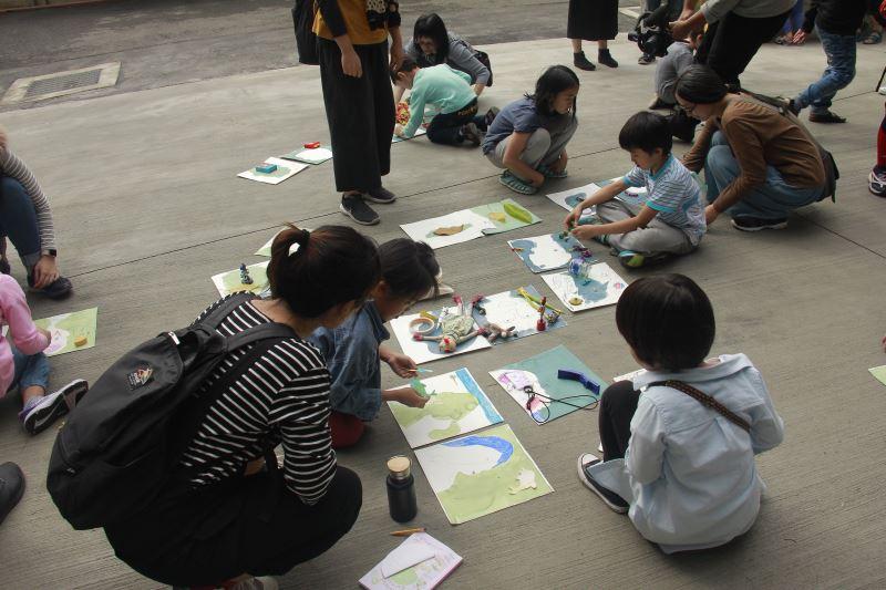「藍晒故事接龍工作坊」引導小朋友們畫出回憶物品、認識內在自我