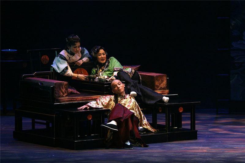 《金鎖記》演出照片。(魏海敏飾曹七巧,陳清河飾姜長白,陳美蘭飾姜長安)(2006)