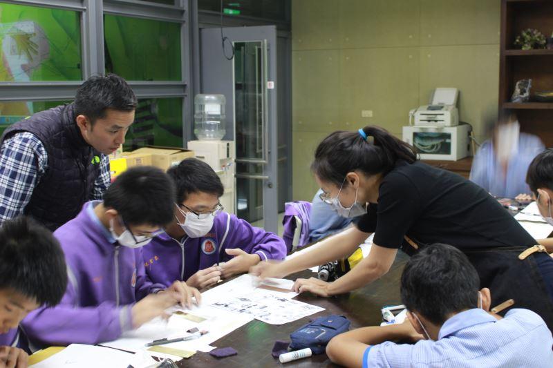 進駐金工工藝家蔡宜蓁指導鳳鳴國中8年級學生製作金屬腐蝕書簽
