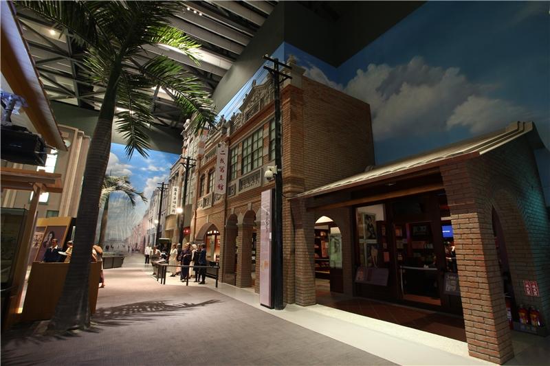 擬真的新式街屋及街景,實景呈現了雜貨店、和服店、照相館、咖啡廳及診所,帶領觀眾體驗日本時代的都市生活,而臺北榮町(今西門町一帶)的縮尺模型,更能提供觀眾新舊對比的樂趣。
