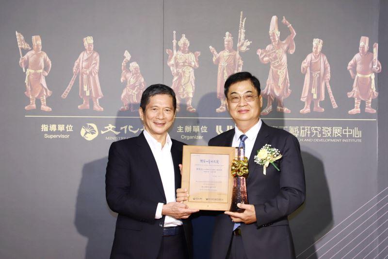 文化部長李永得頒授獎座及得獎證書予第14屆「國家工藝成就獎」得主木雕工藝師陳啟村先生