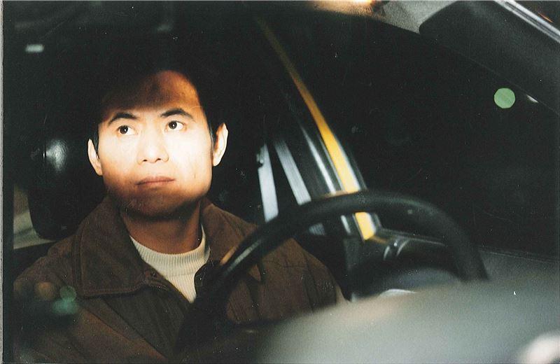 阿德曾是一名狂熱的社運分子,遭逢喪子之痛後與妻子離異,改行開計程車。
