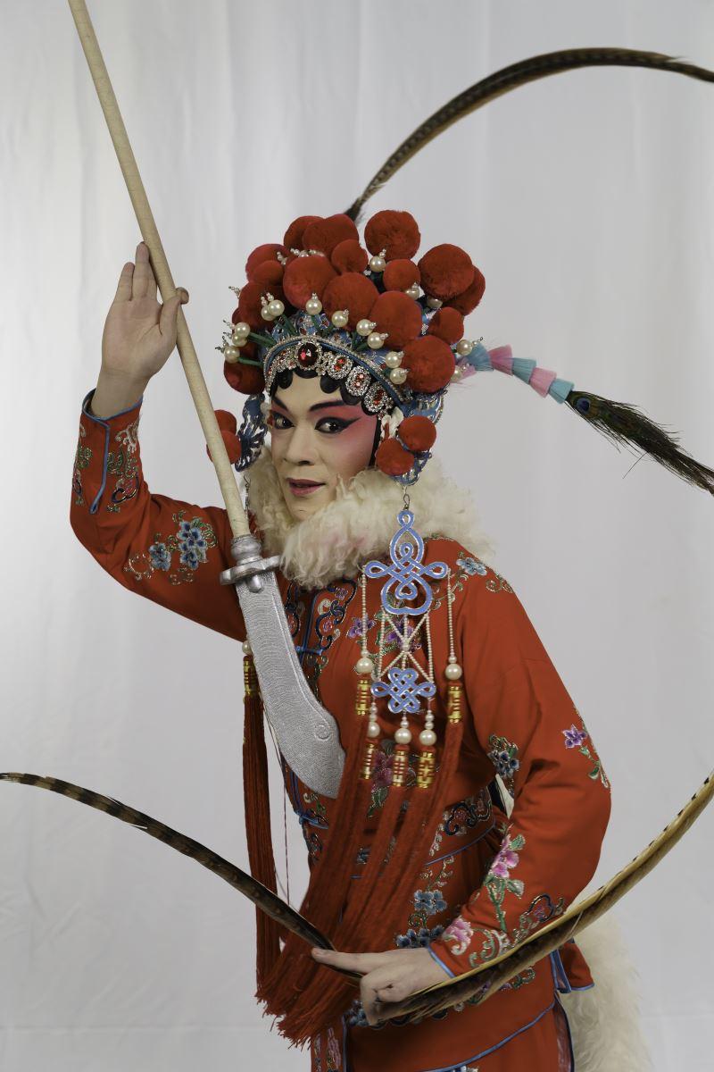 楊瑞宇透過後天的學習,觀察並模仿女性姿態,成功演繹乾武旦美學。
