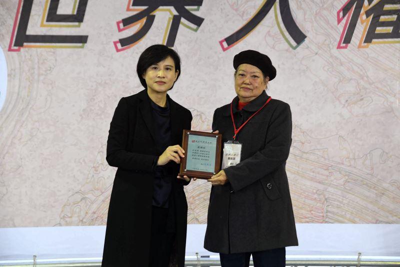 文化部長鄭麗君(左)頒發文物捐贈感謝狀予林黎彩女士(右)