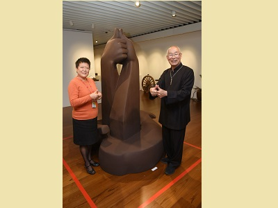 """Deputy Director-general of National Dr. Sun Yat-sen Memorial Hall, Yang Tong-hui (left), and Prof. Wang Hsiu-Chi took a photo with the work """"Couple."""""""