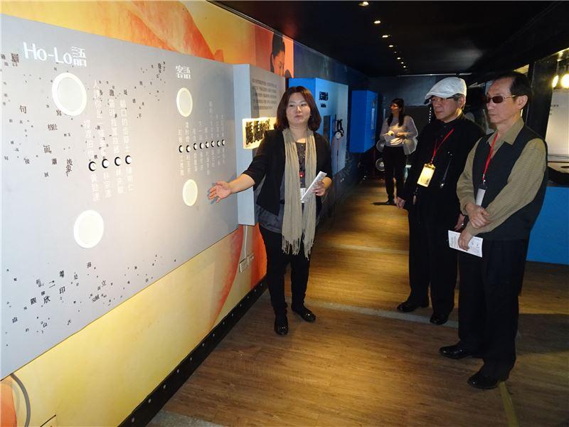 詩人曾貴海看展,肯定臺灣文學行動博物館的用心。