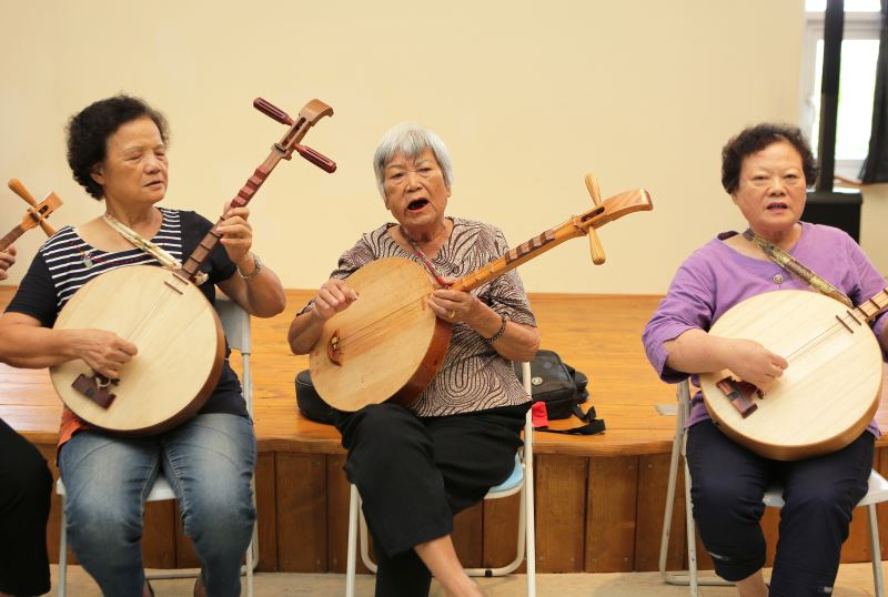 張日貴(中)與第一期已結業藝生張錦桂(左)張碧英(右)合唱民謠。