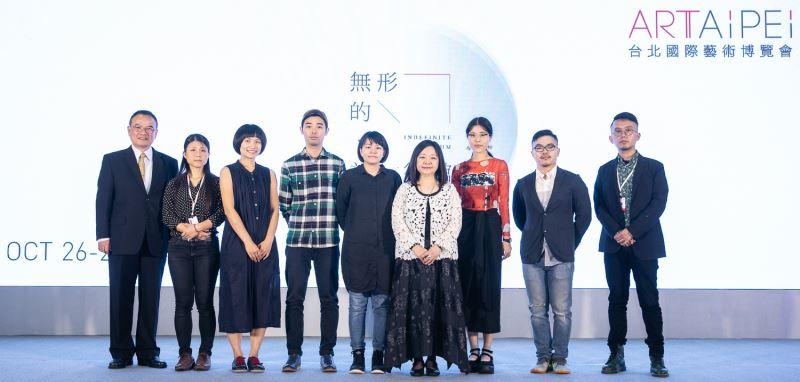 文化部蕭宗煌政務次長、畫廊協會鍾經新理事長與本屆MIT新人藝術家合影。
