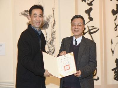 Director-general of National Dr. Sun Yat-sen Memorial Hall, Wang Lan-sheng, gave the certificate of appreciation to Prof. Lin Jin-jung.