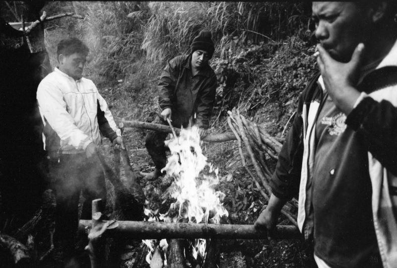 2-4_原住民族捕獲的獵物,通常都會用大火燒烤除毛,再放到木架上用煙燻除去水份,以便於攜帶跟保存。金成財《寂靜的槍聲》系列作品。