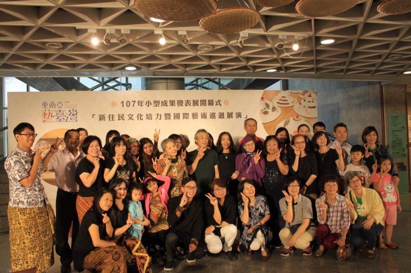國立臺南生活美學館陳柏欽館長與來賓及搖竹培訓老師學員、工作坊學員代表合影
