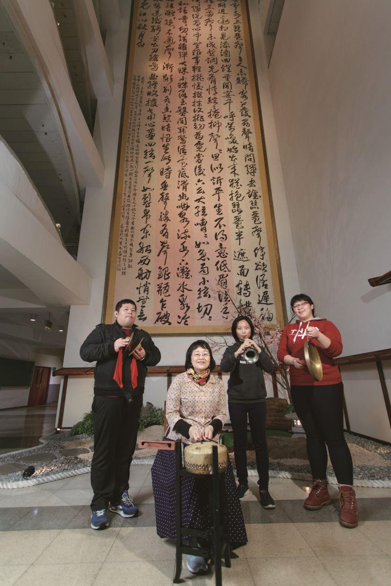 國立臺北藝術大學傳統音樂系專任副教授簡秀珍與學生一同演奏樂曲。