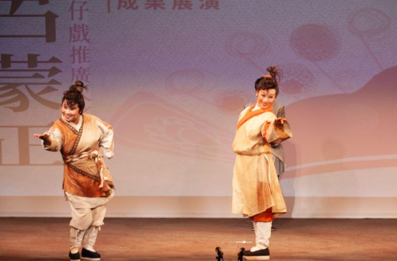 小咪老師在此次培訓計畫中,特別傳授三花表演技巧給學員,圖左為學員楊璧如、右為楊玉萍
