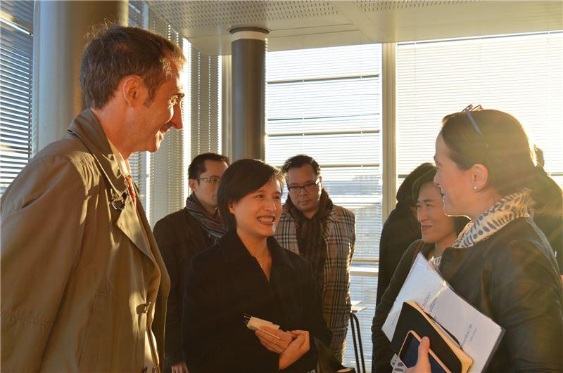 「法國國營電視集團」主席Ernotte Cunci女士(右一)向鄭部長說明該集團的規模、經費來源及其運用等問題。