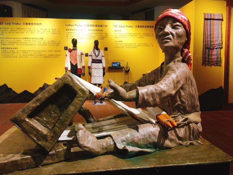 進入展場便是由太魯閣族織藝工作者Sayun Kiyu林湲訢與排灣族藝術家Pahaolan Chilan巴豪嵐吉嵐聯手創作的作品織音
