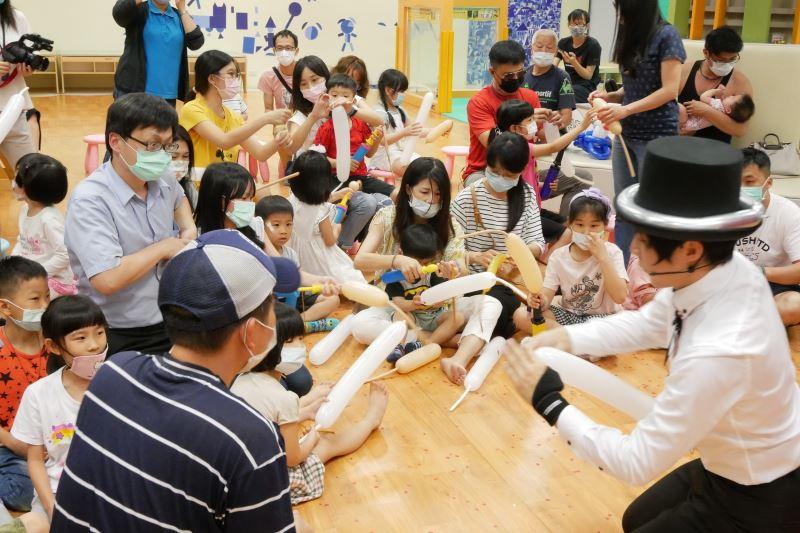 氣球藝術家廖昱閔現場教學折氣球