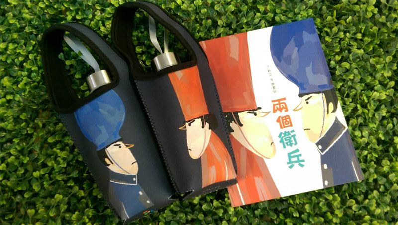 兩個衛兵環保杯袋 ●繪圖:廖書荻 ●材質:印花潛水布 ●售價:新臺幣NT340元