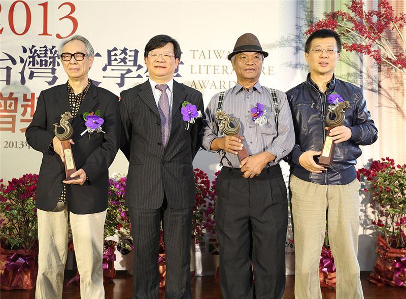 李喬(左一)、陳黎(右一)、奧威尼‧卡露斯(右二)獲2013年臺灣文學金典獎,與臺灣文學館李瑞騰館長(左二)合影(來源/中央社)