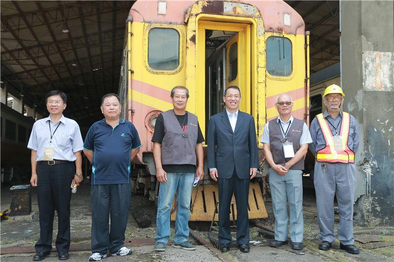 貴賓們於「客車工場」前與第一代自強號EMU-100「英國貴婦號」合影。