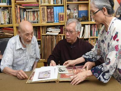 左起杜簦吟老師、梁永斐館長、杜師母