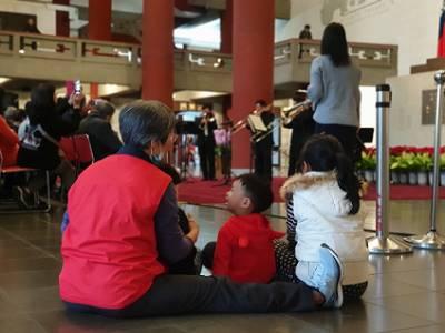 小朋友與家人們席地而坐,跟隨節奏打拍子。