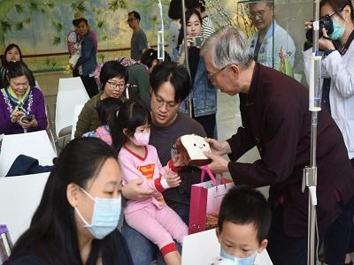 國父紀念館梁永斐館長贈送兒童節禮物給前來參加活動的住院小朋友