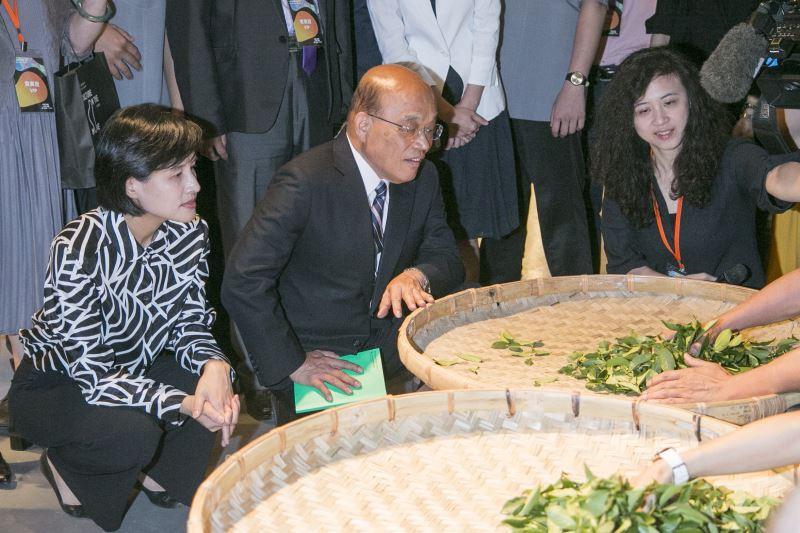 行政院長蘇貞昌(中)與文化部長鄭麗君(左)參觀華山展區