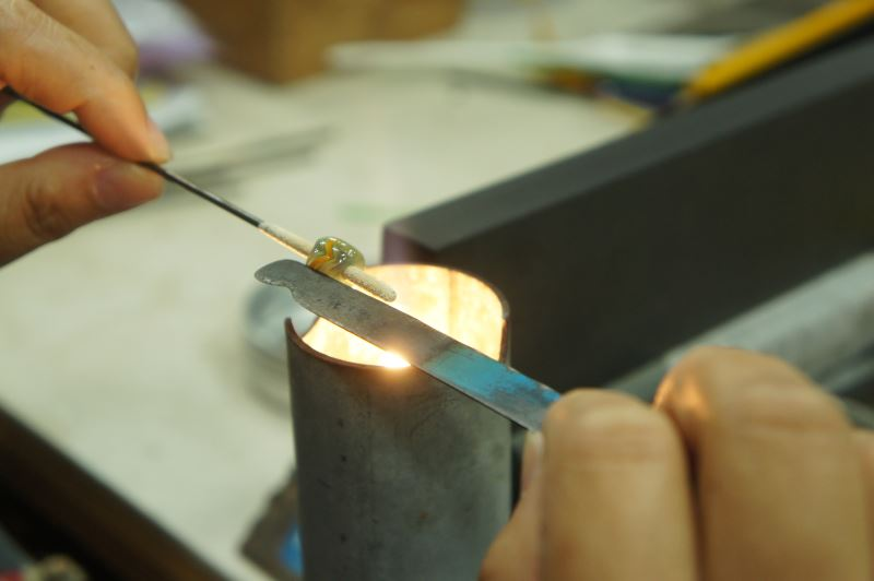 對排灣族人來說,琉璃珠不只是單純的裝飾,其背後富含的文化意義使得每位工藝師在製作琉璃珠時皆格外慎重、小心。