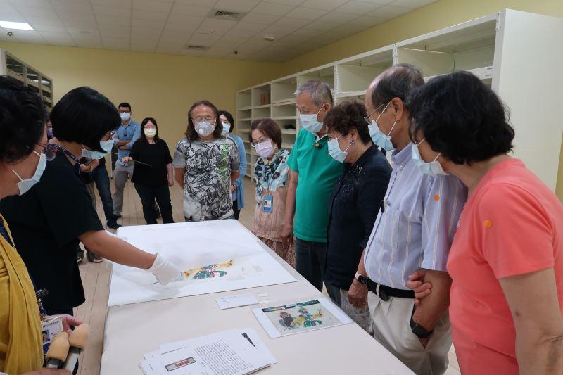 國美館典藏管理組為許照信董事長伉儷、許純貞女士伉儷及陳飛龍館長展示修復後作品無酸夾裱裝置