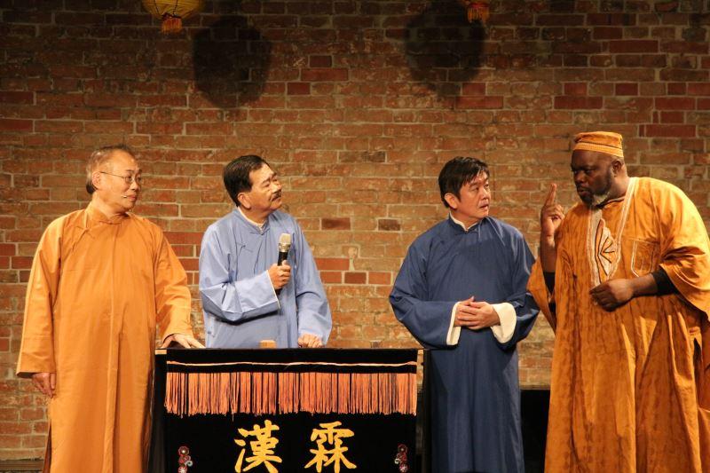 漢霖民俗說唱藝術團王振全(左二)常和趙中興(左一)以及來自剛果的伊馮(右一)一起演出劇碼。